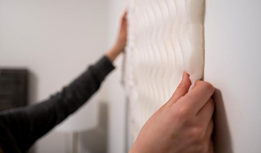 bloquer les bruits intérieurs ou extérieurs -l'insonorisation d'une pièce.