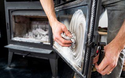 Comment bien nettoyer la vitre d'un poêle à bois ?